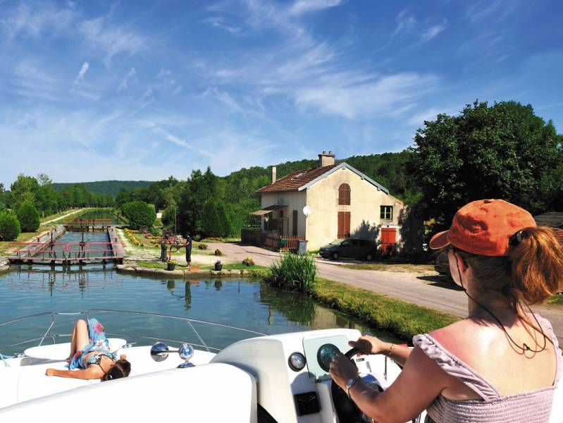 One week : A self-drive boating holiday on the Canal de Bourgogne - à partir de  euros